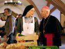 Bischof Rossbauer (Horst Sachtleben, r.) findet Schwester Theodora (Nina Hoger, M.), in einer Suppenküche für Obdachlose. Wird sie die Leitung des Magdalenenordens übernehmen? (Foto)