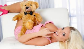 Britney Amber stellt den Teddylove-Vibrator vor. (Foto)