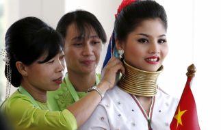 Von klein auf tragen die Frauen die Halsringe. (Foto)