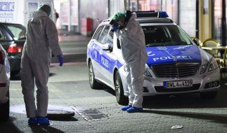 Mitarbeiter der Kriminaltechnik sichern am 26.02.2015 in Mannheim (Baden-Württemberg) in der Nähe des Marktplatzes Spuren. (Foto)