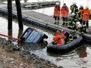 Ein versunkener Personenwagen wird am 25.02.2015 aus einem Hafenbecken in Winsen-Stöckte (Niedersachsen) gezogen. (Foto)