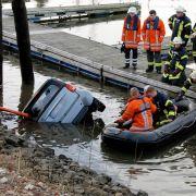 Dramatische Rettung! Mutter zieht Kleinkind aus Auto in Hafenbecken (Foto)