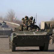 Kiew zieht schwere Waffen von Donbass-Front ab (Foto)