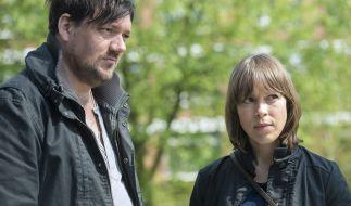 Bukow (Charly Hübner) und König (Anneke Kim Sarnau) besuchen die Frau des verwirrten Max Schwarz. (Foto)