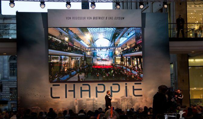 """Sony Pictures ließ sich nicht lumpen und organisierte ein riesiges Fanevent zum Kinostart von """"Chappie"""" in der Mall of Berlin. (Foto)"""