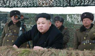 Nordkoreas Machthaber Kim Jong Un im Kreise einiger Militäroffiziere. (Foto)