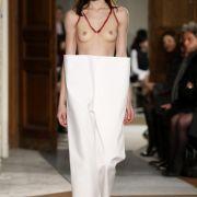 Nackte Brüste und Papier-Gesichter! Ist das noch Mode? (Foto)