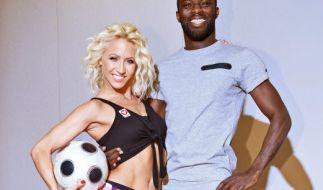 """Ex-Fußball-Profi Hans Sarpei mit seiner Tanzpartnerin Kathrin Menzinger bei einem Fototermin zum Training für """"Let's Dance"""". (Foto)"""