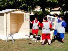 Henrikes (2.v.l.) Truppe hat nicht wirklichen einen Plan, wie man ein stabiles Gartenhaus baut. (Foto)