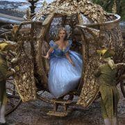 Dieses Traumkleid der oscarprämierten Designerin Sandy Powell durfte Lily James im Film tragen.