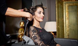 Janina Youssefian beim Friseur. (Foto)