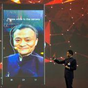 Alibaba-Gründer kauft während Rede Gastgeschenk im Netz (Foto)