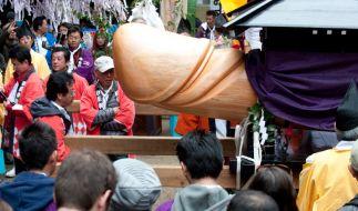 Einen riesigen Holzpenis anbeten? Das gibt es nur in Japan. (Foto)