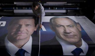 Wahlplakate mit den Konterfeis der Konkurrenten Izchak Herzog (l) und Benjamin Netanjahu. (Foto)