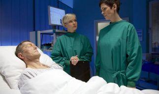 Dr. Elena Eichhorn (Cheryl Shepard, re.) ist dabei, sich strafbar zu machen. (Foto)