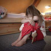 Sadist misshandelt Frau vor den Augen der Tochter (8) (Foto)