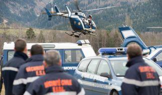 Hubschrauber der Gendarmerie starten zur der Absturzstelle in den französischen Alpen. (Foto)
