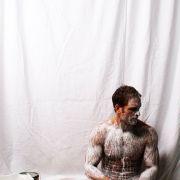 Performance-Künstler malt mit seinem Penis (Foto)