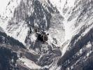 Die Rettungskräfte wurden mit dem Hubschrauber nahe der Unglücksstelle abgesetzt. (Foto)