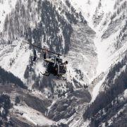 Die Rettungskräfte wurden mit dem Hubschrauber nahe der Unglücksstelle abgesetzt.
