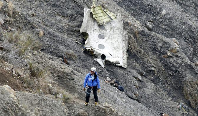 Die Bergung der Opfer gestaltet sich durch das unwegsame Gelände schwierig. (Foto)