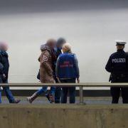 Angehörige der Opfer kommen am 26.03.2015 am Flughafen in Düsseldorf (Nordrhein-Westfalen) an.