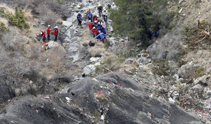 Steinige, enge Wege erschweren die Bergung der Opfer.