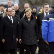 Francois Hollande (l-r), Angela Merkel und der spanische Ministerpräsident Mariano Rajoy werden in Seyne Les Alpes empfangen.