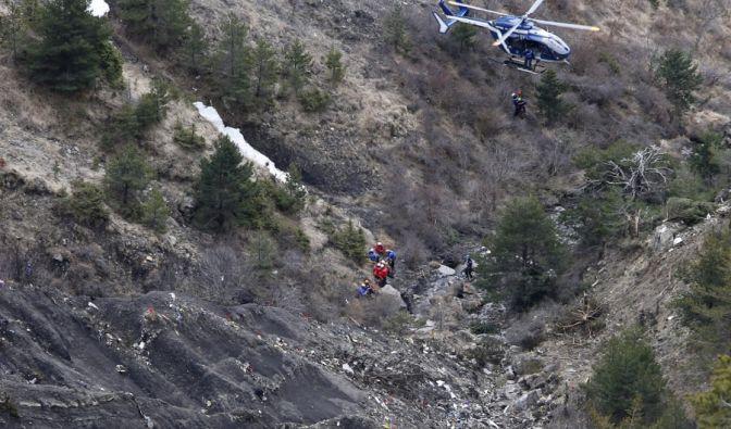 Die Rettungskräfte seilen sich aus dem Helikopter ab.
