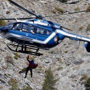 Erste Leichen wurden bereits mit dem Helikopter ins Tal gebracht.