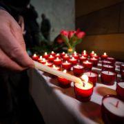 Gedenken an die Absturz-Opfer - Bergung fortgesetzt (Foto)