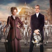 Der von Peter Capaldi verkörperte Doctor bekommt es nicht nur mit den seelenlosen Cybermen, die hier im Hintergrund zu sehen sind, sondern auch mit der geheimnisvollen Missy (Michelle Gomez).
