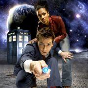 Der Doctor, hier in seiner zehnten Inkarnation - gespielt von David Tennant - mit seiner Begleiterin Martha Jones (Freema Agyeman) düst mit seiner Zeitmaschine, der Tardis, bereits seit 1963 durch das britische TV-Programm.