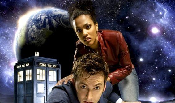 Der Doctor, hier in seiner zehnten Inkarnation - gespielt von David Tennant - mit seiner Begleiterin Martha Jones (Freema Agyeman) düst mit seiner Zeitmaschine, der Tardis, bereits seit 1963 durch das britische TV-Programm. (Foto)