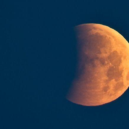 Unheilvoller Blutmond am Himmel (Foto)