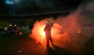 Feuerwehrleute versuchen, ein Feuer zu löschen, das von Fenerbahce-Fans nach dem türkischen Super-League-Fußballspiel zwischen Fenerbahce und Trabzonspor im Sükrü Saracoglu Stadion in Istanbul gelegt wurde. (Foto)