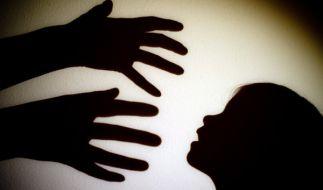 Ungeheuerlich: Um sich ihren Traum von einem weiteren Kind zu erfüllen, ließ eine 33-Jährige ihre 15-jährige Tochter vergewaltigen - von ihrem eigenen Ehemann. (Foto)