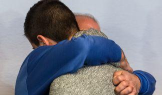 Der Angeklagte Vater Moustapha Y. (links) umarmt seinen Sohn Akram. (Foto)