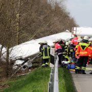 Kleinflugzeug kracht neben Autobahn - ein Toter (Foto)