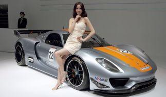 Eine Hostess auf der Motorhaube eines Porsches auf der Auto Shanghai 2011. Damals war die Motorhauben-Mädchen noch erlaubt. (Foto)