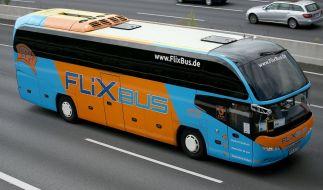 Ein Fernbus den Anbieters Flixbus fährt in Köln (Nordrhein-Westfalen) über die Autobahn. (Foto)