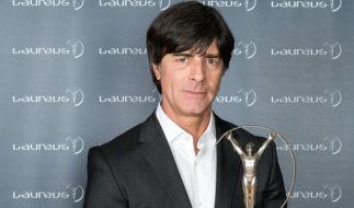 Bundestrainer Joachim Löw mit Laureus Statue. (Foto)