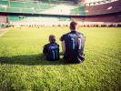 Lukas Podolski mit seinem Sohn in einem leeren Stadion. (Foto)