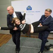 Femen-Aktivistin mischt Pressekonferenz auf (Foto)