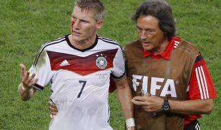 Nach fast 40 Jahren der Zusammenarbeit verlässt Bayern Arzt Müller-Wohlfahrt den Verein (hier mit Bastian Schweinsteiger). (Foto)