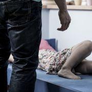 Frau liebt Pädophilen und sperrt eigene Kinder ein (Foto)