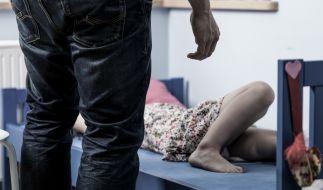 Mutter liebt Pädophilen und sperrt Kinder zum Schutz ein. (Foto)