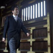 Japans Regierungschef opfert für umstrittenen Kriegsschrein (Foto)