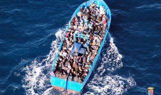 Tausende Flüchtlinge begeben sich bei einer Fahrt über das Mittelmeer in Lebensgefahr. (Foto)
