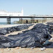 Amnesty International bahrt Leichensäcke am Strand auf (Foto)